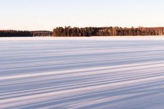 Cienie w śniegu na jeziorze w zimie Obrazy Stock