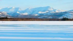 Cienie w zamarzniętym jeziorze przy rankiem Zima krajobraz na górach i zamarzniętym jeziorze zdjęcia royalty free