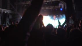 Cienie wiele mężczyzna cieszy się gwiazda rocka występ przy koncertem kobiety i, mo zbiory wideo