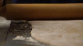 Cienieje warstwę ciasto i toczna szpilka na stole wideo zdjęcie wideo