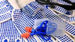Cienkie prac rękawiczki z błękitnymi krostami, ochronnymi szkłami i ucho prymkami na płodozmiennej powierzchni, zbiory
