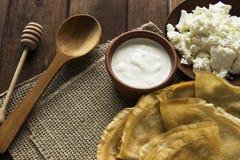 Cienkie Ukraińskie krepy, chałupa ser, kwaśny creme w crockery Zdjęcia Stock