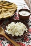 Cienkie Ukraińskie krepy, chałupa ser, kwaśny creme w crockery Zdjęcia Royalty Free