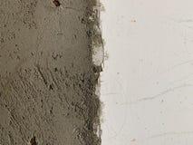 ?cienna tekstura z naturalnymi defektami, narysy, p?kni?cia, crevices, uk?ady scaleni, py?, burzliwo?? Cementowa betonowa ?ciana  zdjęcie stock