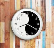 Ścienny zegar z yin Yang symbolem Obraz Stock