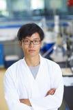 Científico asiático del laboratorio que trabaja en el laboratorio con los tubos de ensayo Imagen de archivo