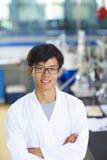 Científico asiático del laboratorio que trabaja en el laboratorio con los tubos de ensayo Fotos de archivo
