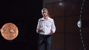 Científico competitivo que habla sobre fenómeno natural almacen de metraje de vídeo