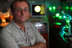 Científico con la actitud de cristal en su laboratorio Imágenes de archivo libres de regalías