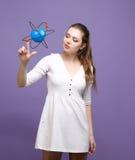 Científico de la mujer con el modelo del átomo, concepto de la investigación foto de archivo