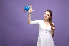 Científico de la mujer con el modelo del átomo, concepto de la investigación imagen de archivo libre de regalías