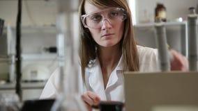 Científico de la mujer en el laboratorio almacen de metraje de vídeo