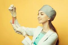 Científico de sexo femenino con el frasco fotografía de archivo libre de regalías