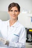 Científico de sexo femenino confiado In Lab Foto de archivo