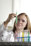 Científico de sexo femenino en el laboratorio con el tubo de prueba, vertic Imagen de archivo