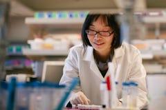 Científico de sexo femenino en un laboratorio biomédico Imagenes de archivo