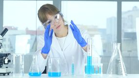 Científico de sexo femenino de la investigación que se imagina nueva idea en el laboratorio, creativo almacen de video