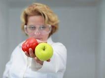Científico de sexo femenino que ofrece el alimento natural Imágenes de archivo libres de regalías