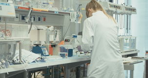Científico de sexo femenino que trabaja en un laboratorio de investigación farmacéutico almacen de metraje de vídeo