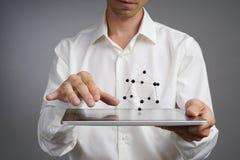 Científico de sexo masculino joven que trabaja con un modelo del átomo imagen de archivo