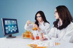 Científico dos que trabaja en laboratorio Imagen de archivo libre de regalías