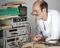 Científico en el laboratorio de la vendimia Fotos de archivo libres de regalías