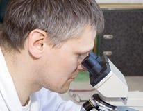 Científico en laboratorio Imagenes de archivo