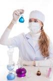 Científico en laboratorio con cristalería química Imágenes de archivo libres de regalías