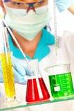 Científico en laboratorio con los tubos de prueba Imagenes de archivo