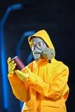 Científico en una fábrica de productos químicos imagen de archivo
