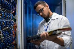 Científico Inspecting Supercomputer Servers fotos de archivo