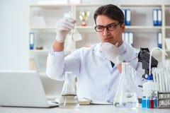 Científico joven del investigador que hace un expe de la contaminación de la prueba de agua Imagen de archivo