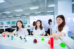 Científico joven Girl en laboratorio Imagen de archivo libre de regalías