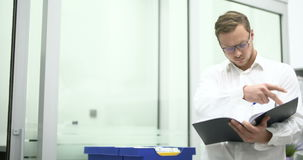 Científico joven que trabaja en laboratorio Investigador de sexo masculino metrajes