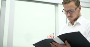 Científico joven que trabaja en laboratorio Investigador de sexo masculino almacen de metraje de vídeo
