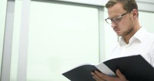 Científico joven que trabaja en laboratorio Investigador de sexo masculino almacen de video