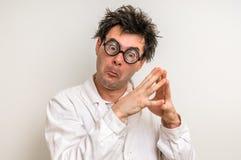 Científico loco que piensa en su experimento Imagen de archivo