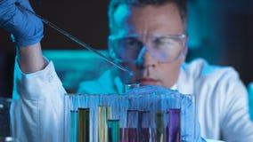 Científico o tecnólogo que hace un prueba de laboratorio almacen de metraje de vídeo
