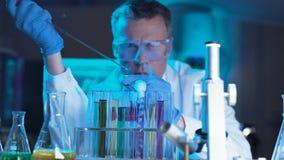 Científico o tecnólogo que hace un prueba de laboratorio metrajes