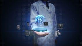 Científico, palma abierta del ingeniero, dispositivos que conectan el cerebro de Digitaces, inteligencia artificial Internet de c almacen de video