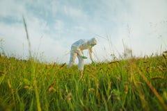 Científico que analiza las plantas verdes en campo del verano foto de archivo libre de regalías