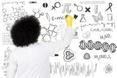 Científico que escribe fórmula científica Imágenes de archivo libres de regalías