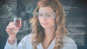 Científico que examina una sustancia química metrajes