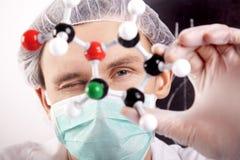 Científico que mira sobre los átomos Imagen de archivo libre de regalías