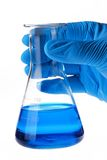 Científico que sostiene el frasco cónico con el líquido Fotos de archivo libres de regalías