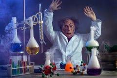 Científico triste en el laboratorio con un experimento fallado imagen de archivo