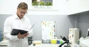 Científico Working In Laboratory almacen de metraje de vídeo