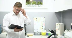 Científico Working In Laboratory almacen de video