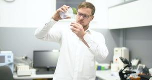 Científico Working In Laboratory metrajes