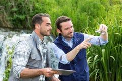 Científico y biólogo que trabajan junto en análisis de agua Fotografía de archivo libre de regalías